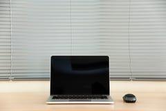 Apra il computer portatile con il topo ed i ciechi Fotografia Stock Libera da Diritti