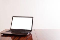 Apra il computer portatile con lo schermo isolato Immagine Stock