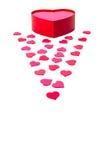 Apra il contenitore di regalo con i cuori in forma di cuore e sparsi Fotografia Stock