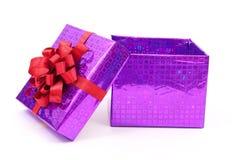 Apra il contenitore di regalo con l'arco rosso Immagini Stock Libere da Diritti