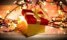Apra il contenitore di regalo con luce che lo esce Fotografie Stock Libere da Diritti