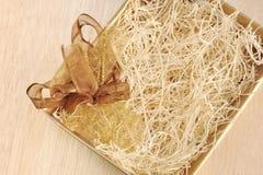 Apra il contenitore di regalo e pieghi Fotografie Stock Libere da Diritti