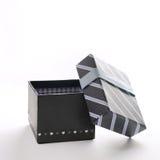 Apra il contenitore di regalo nero con il nastro blu e le linee blu Fotografia Stock Libera da Diritti