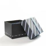 Apra il contenitore di regalo nero con il nastro e le linee blu fronteggiano Fotografia Stock Libera da Diritti