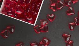 Apra il contenitore di regalo in pieno dei cuori di vetro rossi Fotografie Stock Libere da Diritti