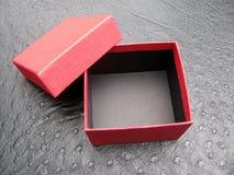 Apra il contenitore di regalo rosso Fotografie Stock