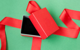Apra il contenitore di regalo rosso Fotografia Stock Libera da Diritti