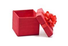 Apra il contenitore di regalo rosso con l'arco Immagine Stock Libera da Diritti