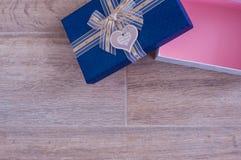 Apra il contenitore di regalo sul pavimento Fotografia Stock