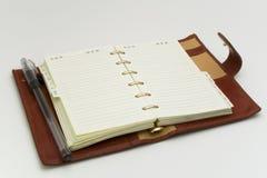 Apra il diario con la penna Fotografia Stock