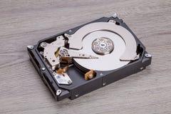 Apra il disco rigido sullo scrittorio di legno Fotografie Stock Libere da Diritti