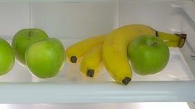 Apra il frigorifero con gli ortaggi freschi stock footage