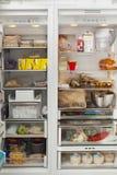 Apra il frigorifero con i prodotti alimentari Immagine Stock