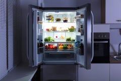 Apra il frigorifero in cucina immagini stock libere da diritti