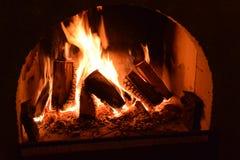 Apra il fuoco in camino Fotografie Stock Libere da Diritti