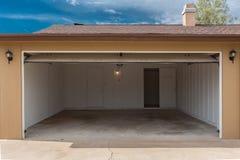 Apra il garage Fotografia Stock Libera da Diritti