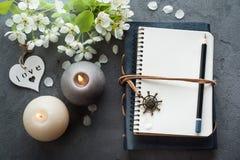 Apra il giornale in bianco con il fiore fotografia stock