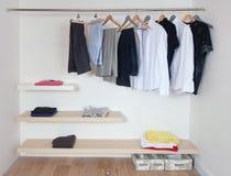 Apra il guardaroba con i vestiti Fotografie Stock