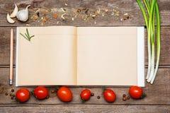 Apra il libro in bianco di ricetta su fondo di legno marrone fotografia stock libera da diritti