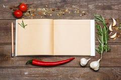 Apra il libro in bianco di ricetta su fondo di legno marrone fotografie stock libere da diritti