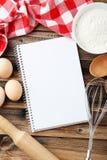 Apra il libro in bianco di ricetta sui precedenti di legno marroni Fotografia Stock