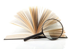 Apra il libro con la lente d'ingrandimento Immagini Stock Libere da Diritti