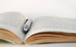 Apra il libro con una penna Immagine Stock