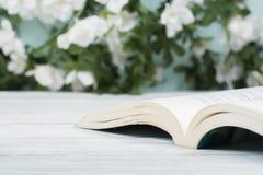 Apra il libro della libro con copertina rigida sulla tavola di legno Sfondo naturale Di nuovo al banco Copi lo spazio per testo Immagine Stock