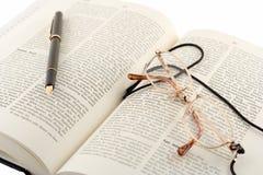 Apra il libro, la penna ed i vetri Fotografie Stock Libere da Diritti
