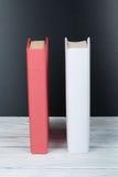 Apra il libro Libri bianchi sulla tavola di legno, fondo nero del bordo Di nuovo al banco Concetto di affari di istruzione Immagine Stock