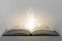 Apra il libro magico fotografia stock