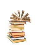 Apra il libro su un mucchio dei libri su una priorità bassa bianca Fotografia Stock