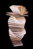 Apra il libro sulla pila di libri fotografie stock libere da diritti