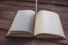 Apra il libro sulla tabella di legno Fotografia Stock Libera da Diritti