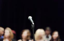 Apra il microfono in scena Fotografia Stock