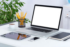 Apra il modello del computer portatile con la compressa digitale e lo smartphone Immagini Stock