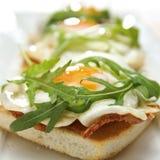 Apra il panino dell'uovo e della pancetta affumicata Immagini Stock