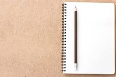 Apra il piccolo blocco note con la matita e su legno Immagini Stock Libere da Diritti