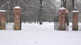 Apra il portone del parco del mattone rosso nell'inverno 4K video d archivio
