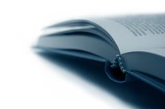 Apra il primo piano del libro in azzurro, isolato Fotografia Stock