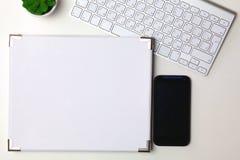 Apra il quotidiano, un computer e uno smartphone sul desktop nell'ufficio Fotografia Stock Libera da Diritti