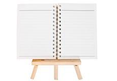 Apra il raccoglitore di anello del diario sul piccolo treppiede per dipingere isolato sopra Immagini Stock