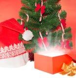 Apra il regalo sotto l'albero di Natale Immagini Stock Libere da Diritti