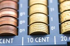 Apra il registrer dei contanti che contiene molte monete degli euro in crudo Immagine Stock