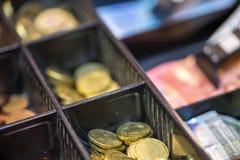 Apra il registrer dei contanti che contiene molte monete di euro banconote di American National Standard Fotografia Stock Libera da Diritti