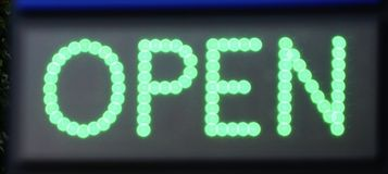 Apra il segno al neon Immagini Stock Libere da Diritti