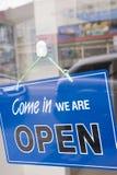 Apra il segno su una porta della finestra Fotografie Stock Libere da Diritti