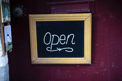 Apra il segno sul negozio a Bruges, Belgio Immagine Stock