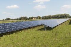 Apra il sistema di energia solare del campo Immagini Stock