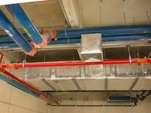 Apra il soffitto in costruzione molti tubi sul soffitto fotografia stock libera da diritti